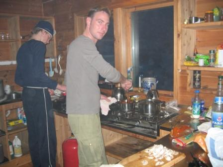 Der laves mad på en DNT hytte.