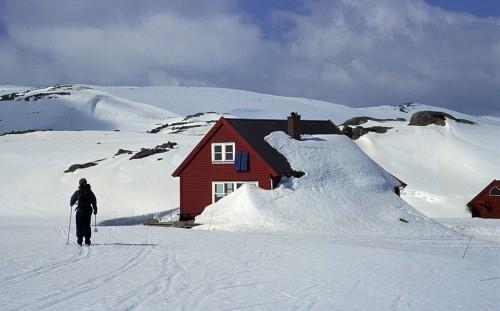 En delvist nedsneet DNT hytte.
